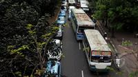 Ahok menjelaskan, pengelola Kopaja tidak diperkenankan lagi mengoperasikan bus ukuran mini, Jakarta, Jumat (8/5/2015). Pengelola diwajibkan membeli bus yang ukurannya seperti Transjakarta. (Liputan6.com/Johan Tallo)