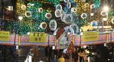 Lentera-lentera cantik dinyalakan untuk menyambut Festival Tengah Musim Gugur di kawasan Pecinan, Singapura (29/9/2020). Tahun ini, festival tersebut jatuh pada 1 Oktober. (Xinhua/Then Chih Wey)