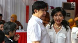 Putra dari presiden pertama Soekarno, Guruh Soekarnoputra (kiri) berada di TPS 002 Selong, Kebayoran Baru, Jakarta Selatan untuk menggunakan hak politiknya, Rabu (17/4). Guruh menggunakan hak pilihnya dalam Pemilu 2019 di TPS yang sama dengan Cawapres 02 Sandiaga Uno. (Liputan6.com/Johan Tallo)