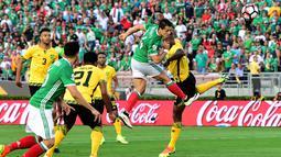 Pemain Meksiko, Javier Hernandez, saat mencetak gol pertama ke gawang Jamaika dalam laga Grup C Copa America 2016 di Stadion Rose Bowl, Pasadena, AS, Jumat (10/6/2016) WIB. (AFP/Frederic J. Brown)