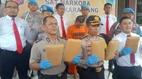 Seorang santri salah satu pondok pesantren di wilayah Karawang tertangkap tangan menyimpan 7 kilogram ganja. (Liputan6.com/ Abramena)
