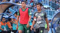 Bek Persebaya, Mokhamad Syaifuddin baru saja menjalani operasi pengangkatan lipoma di Rumah Sakit Premier, Surabaya. (Bola.com/Aditya Wany)