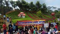 Yayasan Jumat Barokah Banjarnegara (JBB), Minggu (3/1/2021) mengajak 80 anak yatim di Banjarnegara untuk mengikuti kegiatan 'Plesir Bareng Yatim'. (Foto: Liputan6.com/Heni Purwono)