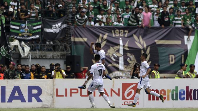 Gelandang Arema FC, Hendro Siswanto, merayakan gol ke gawang Persebaya Surabaya pada laga final Piala Presiden 2019 di Stadion Gelora Bung Tomo, Surabaya, Selasa (9/4). Kedua tim bermain imbang 2-2. (Bola.com/Yoppy Renato)