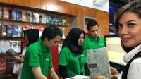 Najwa Shihab saat menjelajah pasar buku murah di Jakarta. (dok. Instagram @najwashihab/https://www.instagram.com/p/Bw1w6auj9vq/Putu Elmira)