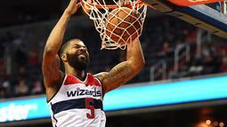 Washington Wizards forward,  Markieff Morris #5 melakukan dunk saat melawan Toronto Raptors  pada laga NBA Preseason di Verizon Center, Ssabtu (22/10/2016) WIB. (Mandatory Credit: Brad Mills-USA TODAY Sports)