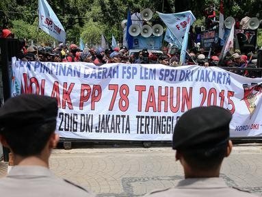 Sejumlah aparat kepolisian menjaga aksi unjuk rasa di depan Gedung Balaikota, Jakarta, Kamis (25/11). Dalam aksinya para buruh menuntut pencabutan PP Nomor 78 Tahun 2015 tentang pengupahan. (Liputan6.com/Faizal Fanani)