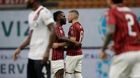 Penyerang AC Milan, Ante Rebic (kanan) berselebrasi dengan rekannya Franck Kessie usai mencetak gol ke gawang Bologna pada pertandingan lanjutan Liga Serie A Italia di stadion San Siro di Milan, Italia, Sabtu, (18/7/2020). AC Milan menang telak 5-1 atas Bologna. (AP Photo/Luca Bruno)