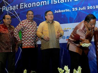 Menko Perekonomian Darmin Nasution memukul gong pada Pembukaan Roundtable High Level Discussion di Kantor Bappenas Jakarta, Rabu (25/07). Diskusi dalam rangka mendorong komitmen dan pemikiran guna memanfaatkan potensi Indonesia. (Liputan6.com/HO/Bappenas)