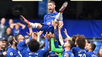 Bek Chelsea, Gary Cahill, diangkat rekannya usai mengalahkan Watford pada laga Premier League di Stadion Stamford Bridge, London, Minggu (5/5). Chelsea menang 3-0 atas Watford. (AFP/Ben Stansall)