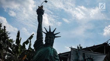 Patung Liberty karya perajin Sutopo terlihat di kawasan Pondok Cabe, Tangerang Selatan, Jumat (14/12). Sutopo pengrajin lulusan ISI Jogja ini bergelut di dunia seni patung sudah belasan tahun. (Liputan6.com/Faizal Fanani)