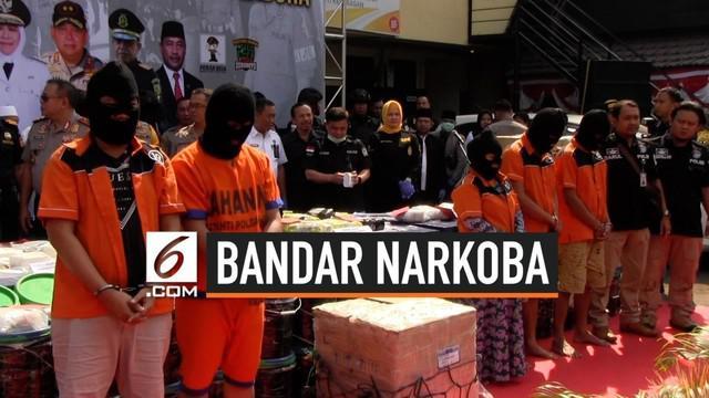 Polda Jawa Timur menggerebek bandar narkoba internasional di desa Sokobanah Pulau Madura. Petugas juga menyita 50 kg sabu asal Malaysia dan 99 butir ekstasi. Barang haram tersebut diselundupkan dari Pontianak dan Riau.