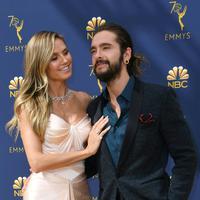 Model senior Heidi Klum dan pacarnya, Tom Kaulitz saat menghadiri Emmy Awards 2018 di Los Angeles, AS, Senin (17/9). Menurut Heidi, perbedaan usia antara dia dan Tom tidak menjadi penghalang. (VALERIE MACON/AFP)