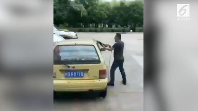 Seorang pria nekat membelah mobil yang menghalangi parkirnya. Tindakan ini dilakukan lantaran ia kesal menunggu terlalu lama.