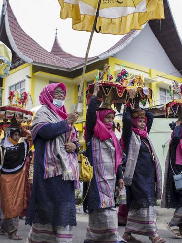 Prosesi Balimau di Sumatera Barat menyambut datangnya Ramadan. (Photo by Yuka Fainka/Xinhua)