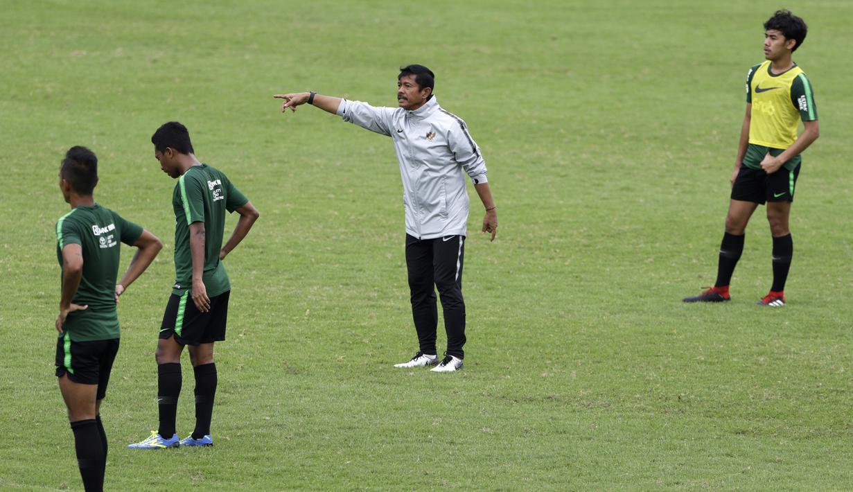Pelatih Timnas Indonesia U-22, Indra Sjafri, memberikan instruksi saat latihan di Stadion Madya, Jakarta, Jumat (18/1). Latihan ini merupakan persiapan jelang Piala AFF U-22. (Bola.com/Yoppy Renato)