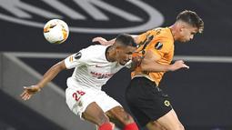 Pemain Sevilla, Fernando, berebut bola dengan pemain Wolverhampton Wanderers, Leander Dendoncker, pada perempat final Liga Europa, Selasa (11/8/2020). Sevilla menang dengan skor 1-0. (Ina Fassbender/Pool Photo via AP)