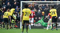 Striker Watford, Troy Deeney, mencetak gol melalui penalti ke gawang MU yang dijaga David de Gea dalam lanjutan Liga Inggris di Stadion Icarage Road, Watford, Sabtu (21/11/2015). (AFP Photo/Ben Stansall)
