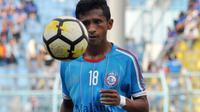 Bek sayap Arema, Ricky Ohorella, jadi pemain inti melawan PSM. (Bola.com/Iwan Setiawan)
