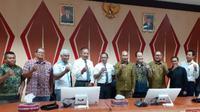 Gubernur NTT Viktor Laiskoda foto bersama pihak Universitas Nusa Cendana dan Distributor Sophia membahas soal rencana legalisasi miras. (Liputan6.com/ Ola Keda)