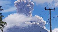 Gumpalan abu tebal membumbung tinggi akibat letusan Gunung Sinabung di Kabupaten Karo, Sumatera Utara, Senin (19/2) pagi. Kolom abu vulkanis yang dihasilkan menjulang tinggi mencapai 5.000 meter atau 5 kilometer (km). (twitter/@id_magma)