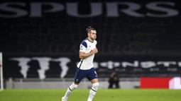 Pemain Tottenham Hotspur, Gareth Bale, memasuki lapangan saat melawan West Ham United pada laga Liga Inggris Senin (19/10/2020). Kedua tim bermain imbang 3-3. (Neill Hall/Pool via AP)