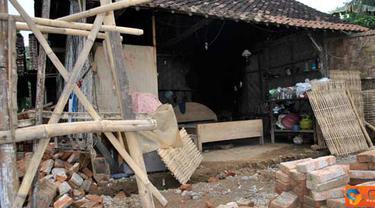 Citizen6, Jember: Sembilan kepala keluarga sudah 15 hari tinggal di kandang ternak. (Pengirim: Sapto Raharjanto)
