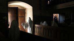 Turis Prancis mengunjungi Gereja St George yang menampilkan patung-patung serupa hantu di Lukova, Republik Ceko, 30 Agustus 2018. Walau instalasinya begitu menyeramkan, tidak sedikit turis yang singgah di gereja itu karena penasaran. (AP/Petr David Josek