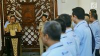 Gubernur DKI Jakarta Anies Baswedan memberi sambutan di depan pegawai Transjakarta di Balai Kota DKI Jakarta, Selasa (20/3). Pencapaian paling tinggi Transjakarta mencapai 522 ribu penumpang per hari. (Liputan6.com/Pool/Dadang WS)