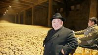 Kim Jong-un berpose di depan hamparan kentang di pabrik baru pengelolaan kentang di kota  Samjiyon (STR / KCNA VIA KNS / AFP)