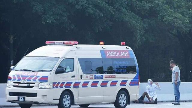 Dipuji Warganet, Aksi Perawat Bantu Korban Kecelakaan Sepulang Shift Malam