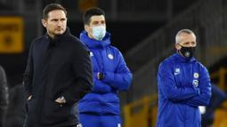 Pelatih Chelsea, Frank Lampard, tampak kecewa usai ditaklukkan Wolverhampton Wanderers pada laga Liga Inggris di Stadion Molineux, Rabu (16/12/2020). Chelsea tumbang dengan skor 2-1. (Rui Vieira/Pool via AFP)