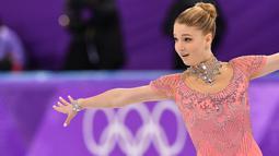 Maria Sotskova bersaing dalam kejuaraan figure skating selama Olimpiade Musim Dingin 2018 di Gangneung Ice Arena, Gangneung, Korea Selatan (21/2). Sotskova merupakan atlet Rusia kelahiran 12 April 2000. (AFP Photo/Mladen Antonov)
