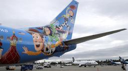 Ekor pesawat Alaska Airlines dicat dengan dengan tema khusus dari salah satu film yang diproduksi Pixar Animation Studios di Bandara Internasional Seattle-Tacoma, Seattle pada 7 Oktober 2019. Pesawat Boeing 737-800 milik maskapai tersebut menampilkan tokoh dari Toy Story. (AP Photo/Ted S. Warren)