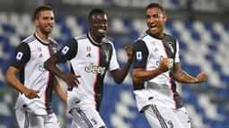 Para pemain Juventus merayakan gol yang dicetak oleh Danilo ke gawang Sassuolo pada laga Serie A di Stadion Mapei, Rabu (15/7/2020). Kedua tim bermain imbang 3-3. (Massimo Paolone/LaPresse via AP)