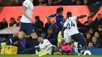 Penyerang Tottenham Hotspur, Son Heung-min, melakukan pelanggaran terhadap gelandang Everton, Andre Gomes, pada laga Premier League di Goodison Park, Minggu (3/11). Tekel tersebut menyebabkan Gomes mengalami patah kaki. (AFP/Oli Scarff)