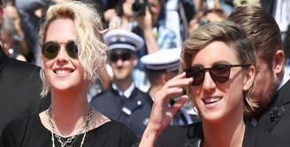 Hubungan asmara yang terjalin antara Kristen Stewart dan kekasih wanita nya, Alicia Cargile memang sudah tidak ditutupi lagi. Semua orang sudah tahu jika keduanya memang berpacaran. (Dailymail/Bintang.com)