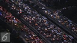 Jelang libur panjang Idul Adha, kondisi lalu lintas di tol dalam kota dan lingkar luar Jakarta mulai macet disebabkan banyaknya volume kendaraan, Jakarta, Jumat (9/9). (Liputan6.com/Gempur M Surya)