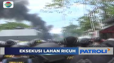 Tolak eksekusi tanah dan rumah, warga Luwuk Banggai, Sulawesi Tengah hadang petugas Pengadilan Negeri Luwuk dengan melemparkan batu.