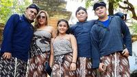 Cristian Gonzales dan keluarganya foto dengan pakaian adat Yogyakarta. (Bola.com/Iwan Setiawan)