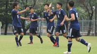 Selebrasi pemain Timnas Jepang U-19, Danto Sugiyama mencetak gol pertama untuk Timnas Jepang U-19 di Lapangan ABC, GBK, Jakarta, Kamis (22/3/2018). Timnas Jepang U-19 menang 5-0 atas Cilegon FC. (Bola.com/Asprilla Dwi Adha)