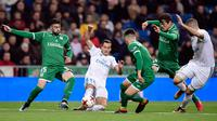Gelandang Real Madrid, Lucas Vazquez berebut bola dengan pemain Leganes, Diego Rico pada leg kedua perempatfinal Copa del Rey di Santiago Bernabeu, Kamis (25/1). Real Madrid tersisih oleh Leganes pada perempat final dengan skor 1-2. (JAVIER SORIANO/AFP)