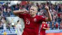 Pemain Norwegia Erling Braut Haaland melakukan selebrasi usai mencetak gol ke gawang Belanda pada pertandingan kualifikasi Piala Dunia 2022 di Stadion Ullevaal, Oslo, Norwegia, Rabu (1/9/2021). Pertandingan berakhir dengan skor 1-1. (Stian Lysberg Solum/NTB via AP)