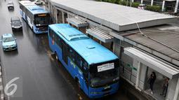Bus APTB menaikan penumpang di halte BNN Transjakarta, Cawang, Jakarta, Senin (23/5/2016). Dishubtrans DKI Jakarta akan berlakukan larangan APTB beroperasi di jalur Transjakarta mulai 1 Juni mendatang. (Liputan6.com/Yoppy Renato)