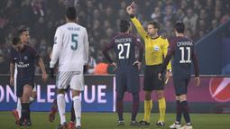 Wasit memberikan kartu merah kepada gelandang PSG, Marco Verratti, saat melawan Real Madrid pada laga Liga Champions di Stadion Parc des Princes, Paris, Selasa (6/3/2018). Madrid berhasil lolos ke delapan besar. (AFP/Pierre-Philippe Marcou)