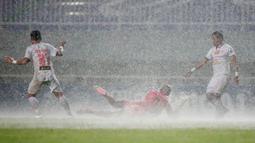 Dalam sejumlah momen, kedua tim terpaksa berduel dalam kubangan lumpur dan air. (Bola.com/M Iqbal Ichsan)
