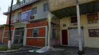 Jenazah yang tergeletak selama tiga hari terlihat di luar sebuah klinik di Guayaquil, Ekuador, Jumat (3/4/2020). Otoritas setempat telah mengumpulkan sekitar 150 jenazah korban virus corona COVID-19 dari jalan-jalan dan rumah-rumah warga di Guayaquil. (Str/Marcos Pin/AFP)