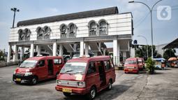 Angkutan kota non-Jak Lingko menunggu penumpang di Terminal Rawamangun, Jakarta, Senin (20/7/2020). Para sopir mengatakan kendaraan angkot mereka belum bisa bergabung dengan Jak Lingko dikarenakan lambatnya proses administrasi meski telah diajukan sejak bulan lalu. (merdeka.com/Iqbal Nugroho)