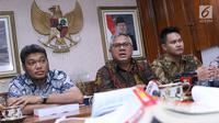 Ketua KPU Pusat, Arief Budiman (tengah) memberi keterangan usai menggelar pertemuan dengan sejumlah pakar hukum di Gedung KPU Pusat, Jakarta, Rabu (14/11). Pertemuan membahas pelaksanaan putusan MA No 65P/HUM/2018. (Liputan6.com/Helmi Fithriansyah)