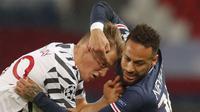 Penyerang PSG, Neymar, duel dengan dengan pemain Manchester United, Scott McTominay, pada laga Liga Champions di Stadion Parc des Princes, Rabu (21/20/2020). MU menang dengan skor 2-1. (AP/Michel Euler)
